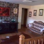 sofa en casa rustica