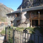 casa rural con balcon