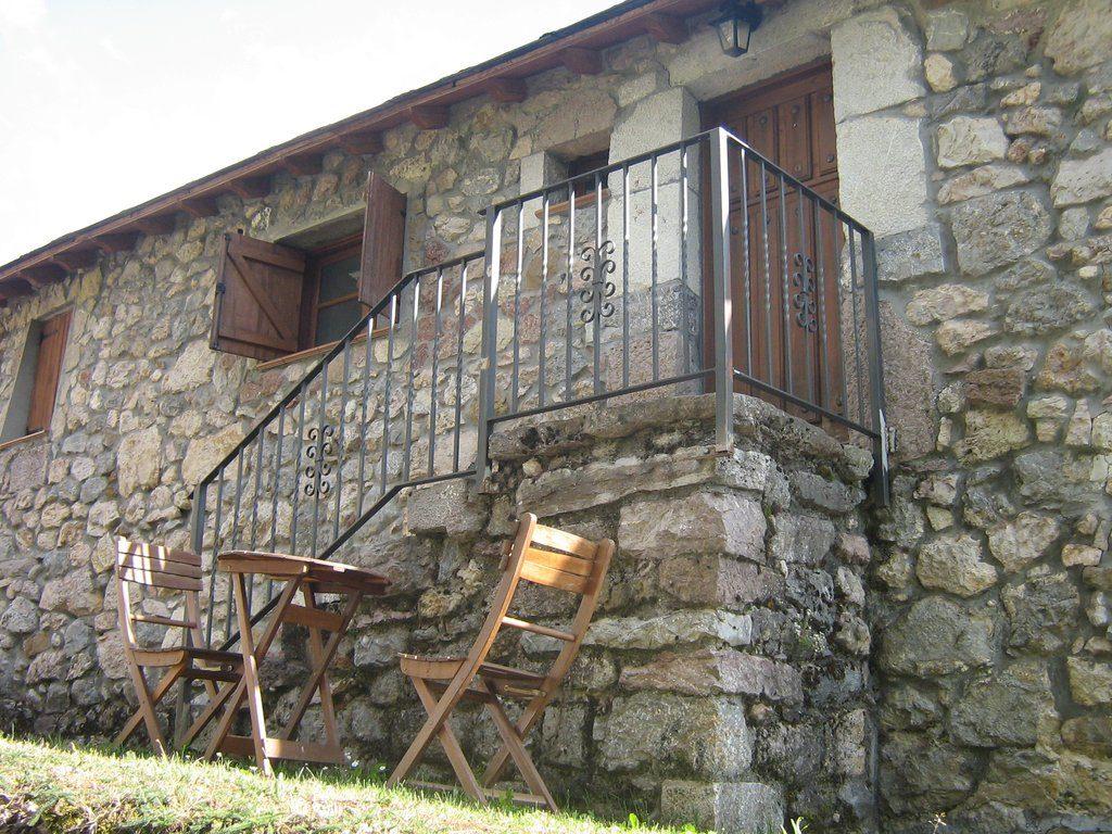 casa rural con sillas de jardin