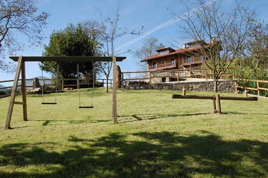 casa rurale con altalene